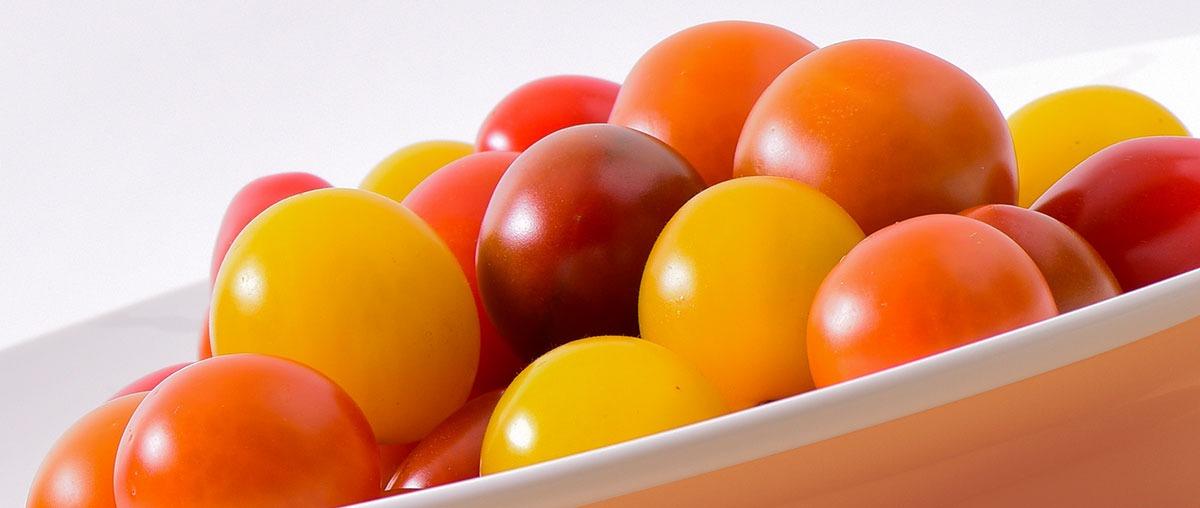 Photo de tomates cerise mélangées dans une assiette