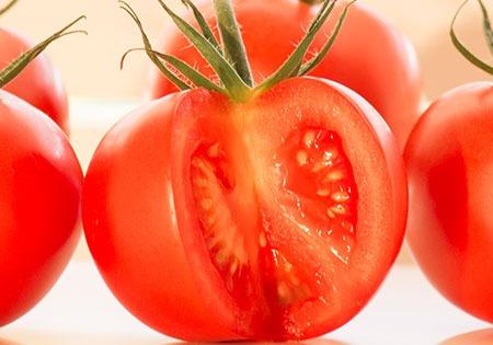 Photo d'une tomate ronde Idyl découpée