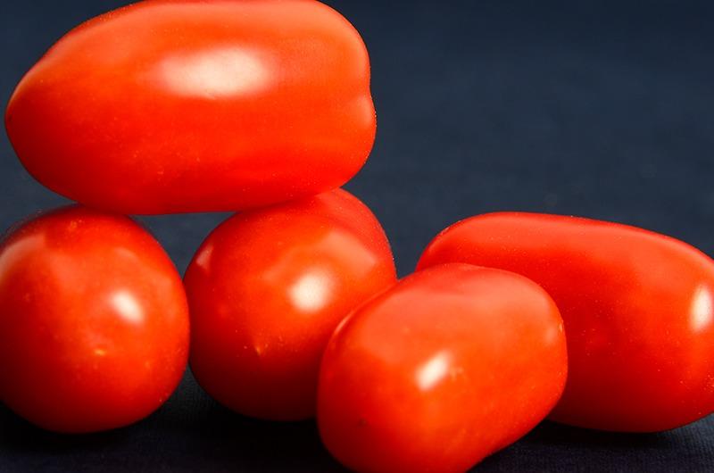 Photo de tomates cerises rouges allongées