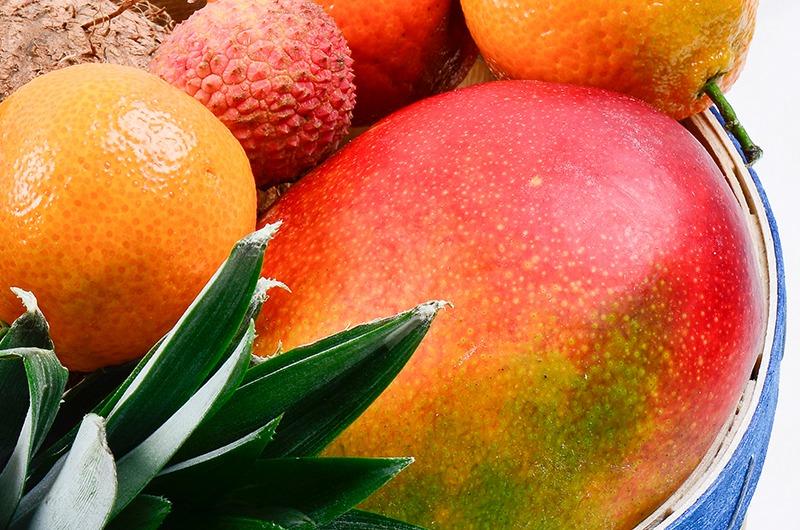 Photo d'un panier de fruits exotiques