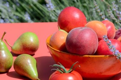 Photo de peches, abricots, tomates et poires
